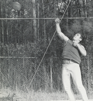 JOEY TINSLEY DEMONSTRATES PERFECT FORM THROWING THE DISCUS.  (Click to enlarge.)